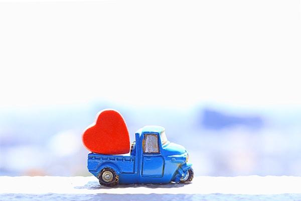 ギフトを運ぶトラックの模型