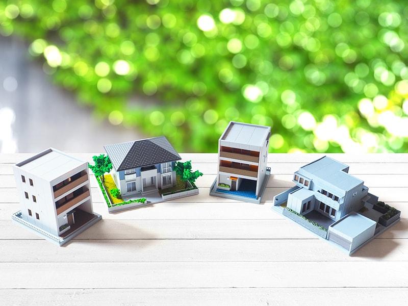 テーブルに置かれた住宅の模型