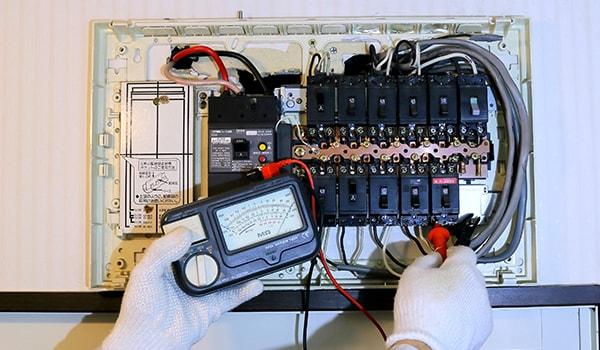 電気工事の作業風景