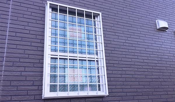 面格子をとりつけた窓