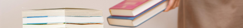 本を片付ける女性