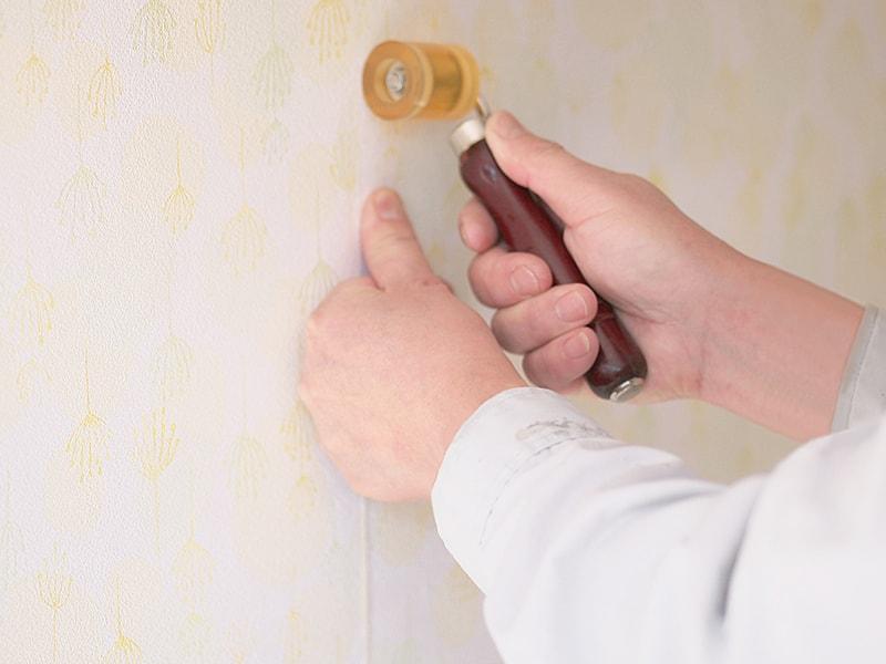 壁紙を貼りかえる作業