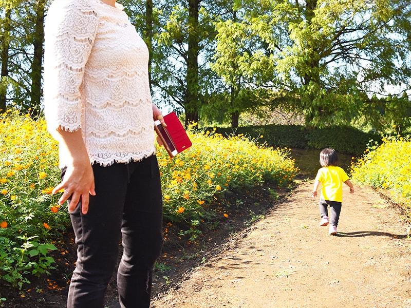 公園で遊ぶ孫と祖母