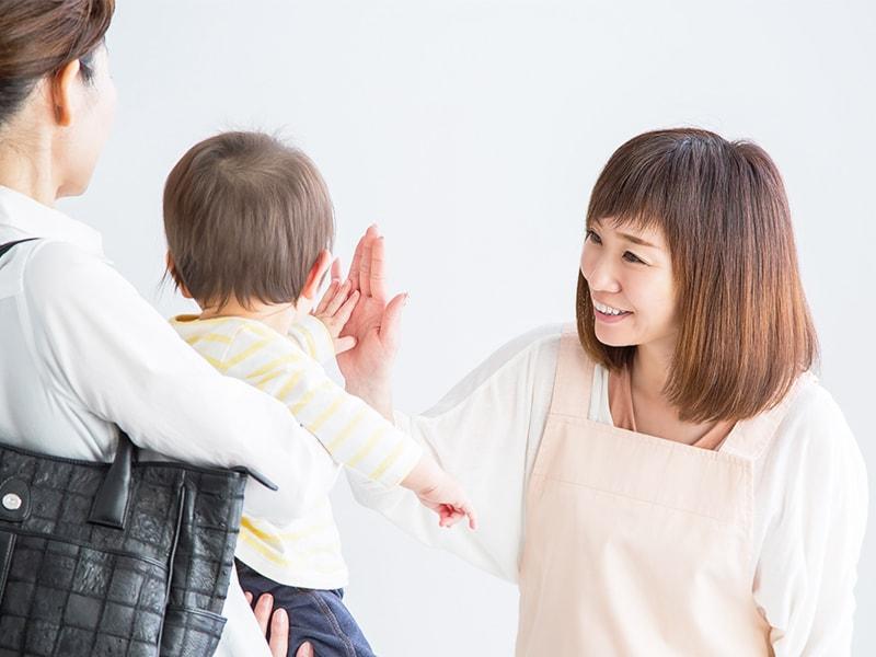 子供を祖母に預ける母親