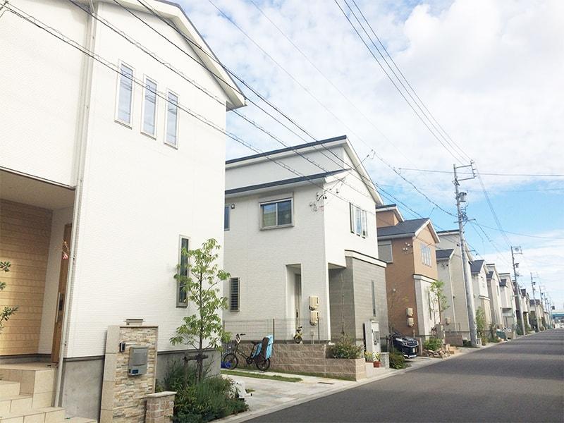 奇麗に並ぶ建売住宅